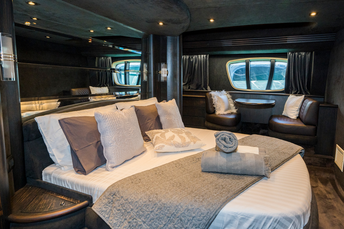 azimut 68 guests cabin