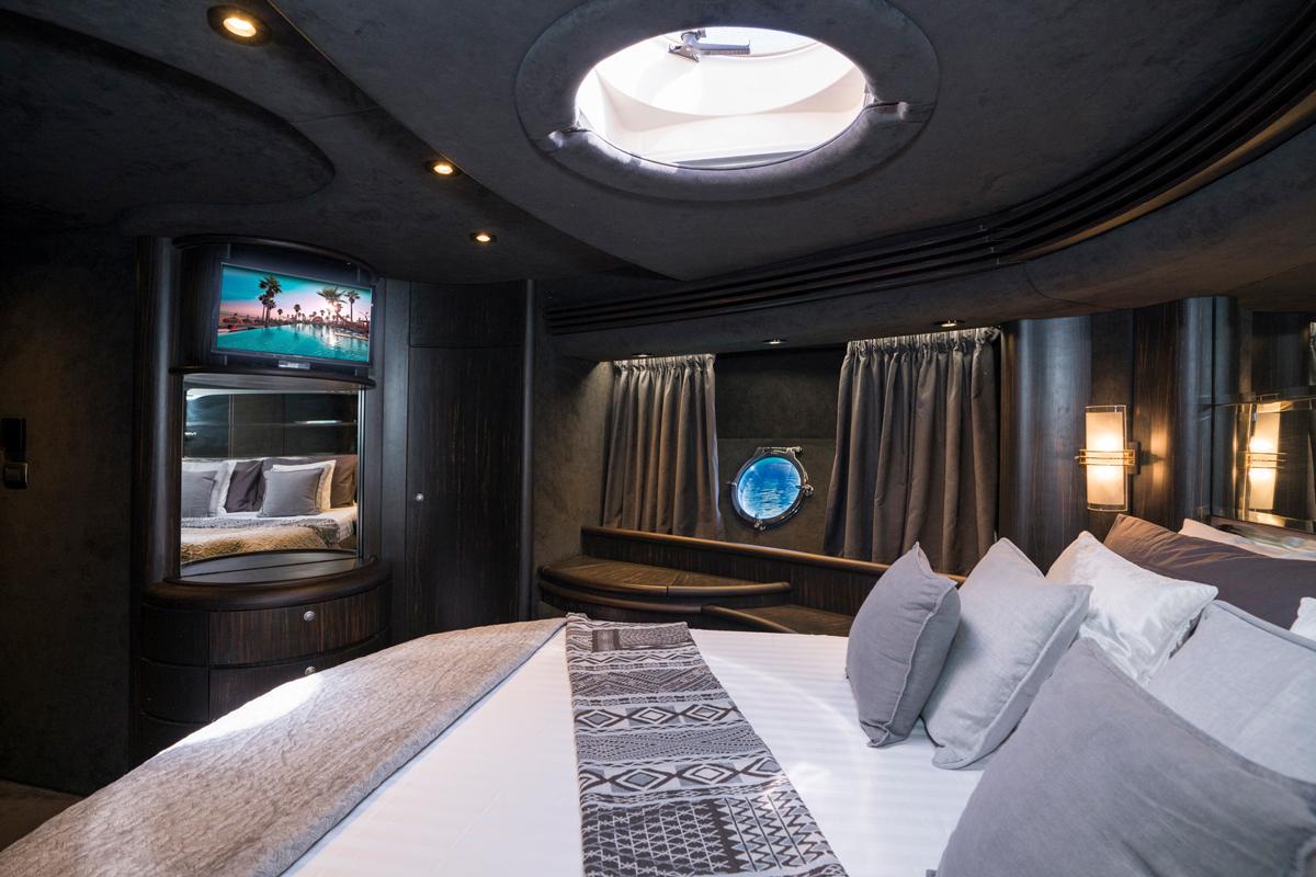 azimut 68 master cabin