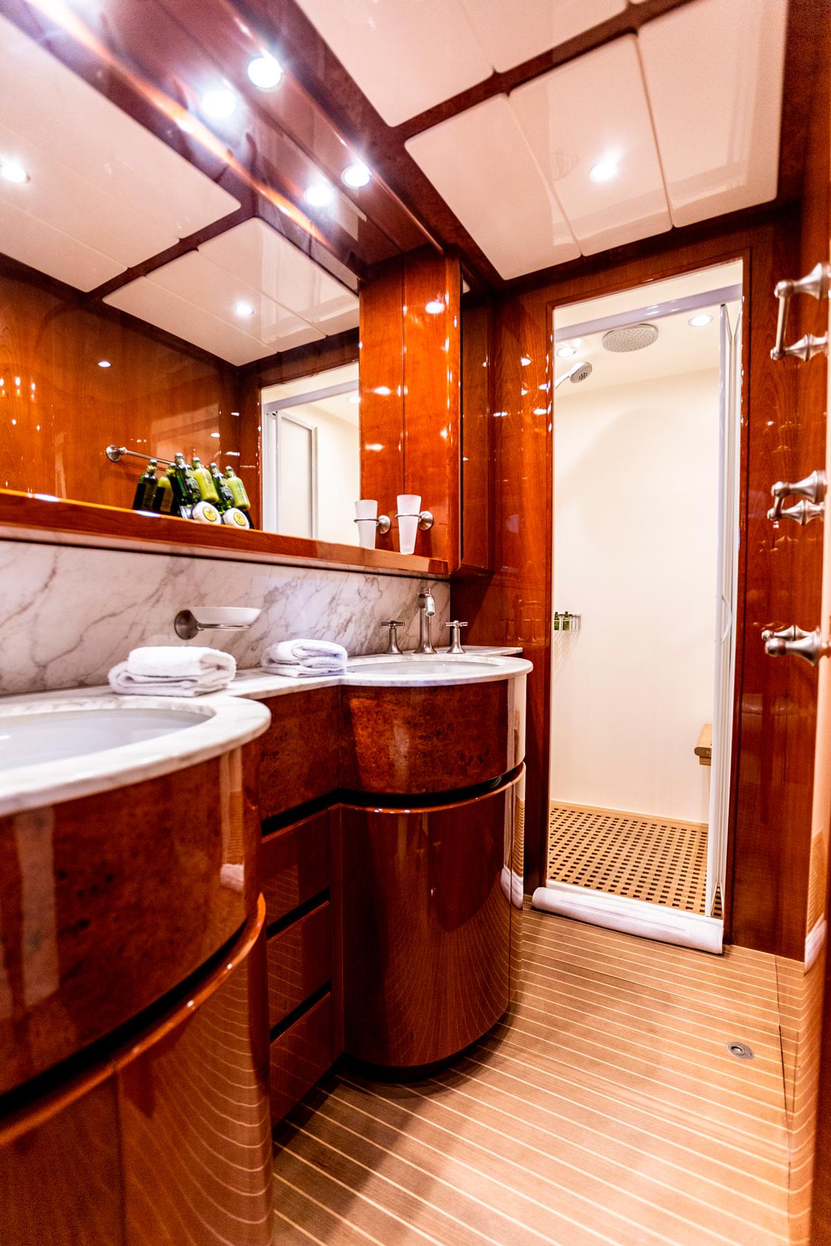 pareaki yacht toilet